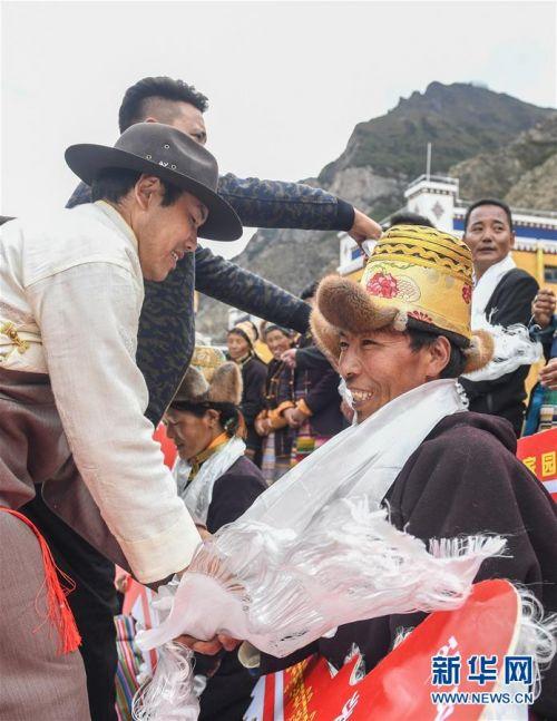 (社会)(4)西藏:边民笑逐颜开搬新家