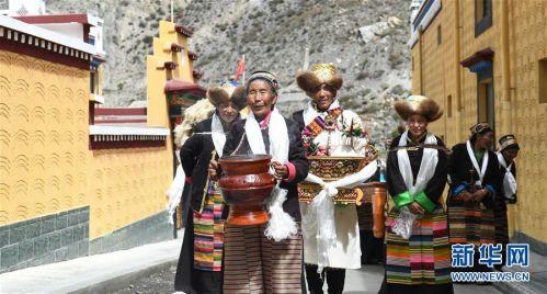 (社会)(7)西藏:边民笑逐颜开搬新家