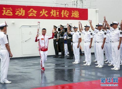 """(体育)(3)第七届世界军人运动会火炬传递活动在海军""""和平方舟""""站举行"""