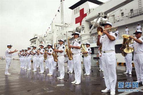 """(体育)(5)第七届世界军人运动会火炬传递活动在海军""""和平方舟""""站举行"""