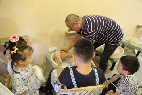 在体验区,可以体验龙泉青瓷拉呸成形的制作工艺,颇受游客特别是小朋友的喜欢。