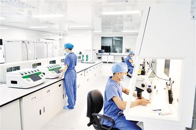 医疗人员在北戴河新区合巢生殖医学中心胚胎实验室进行医学实验。北戴河新区工委宣传部供图