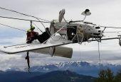 命懸一線!飛機突墜阿爾卑斯山 180 度翻轉倒掛電纜間