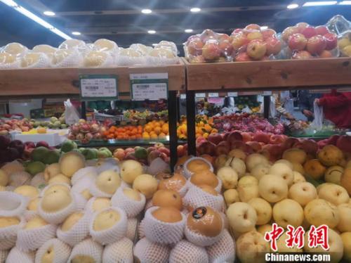 图为北京丰台一家社区超市水果区。谢艺观 摄