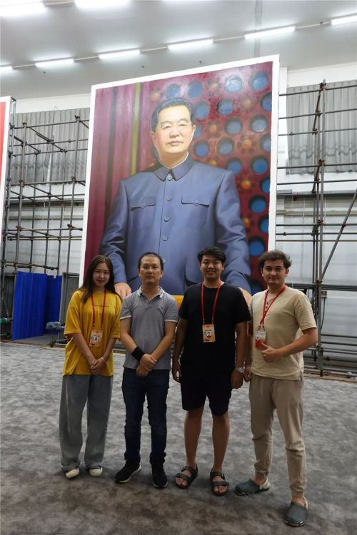 贺羽(左二)及助手与胡锦涛画像。