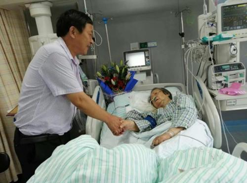 越溪白鹤村91岁老党员范荷芝在重症监护室里仍惦记着交党费。