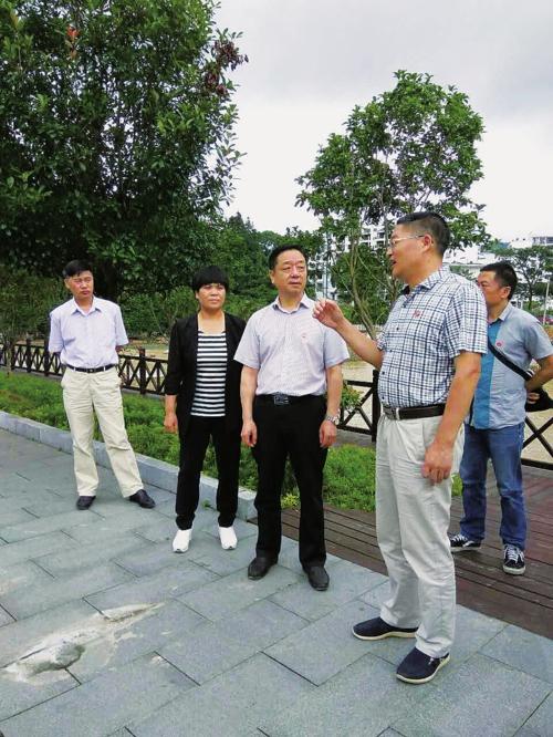 周范平主任带队调研桂东易地扶贫搬迁工作。郴州市发展改革委/供图