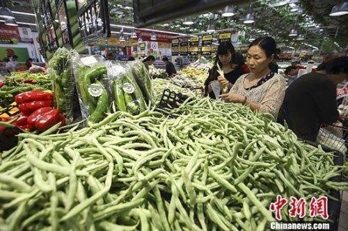 9月10日,中国国家统计局发布的数据显示,2019年8月份,中国居民消费价格(CPI)同比上涨2.8%。值得一提的是,当月鲜菜价格下降0.8%,影响CPI下降约0.02个百分点,为同比连续上涨18个月后首次转降。图为民众在山西太原一超市选购蔬菜。 <a target='_blank' href='http://www.chinanews.com/'>中新社</a>记者 张云 摄