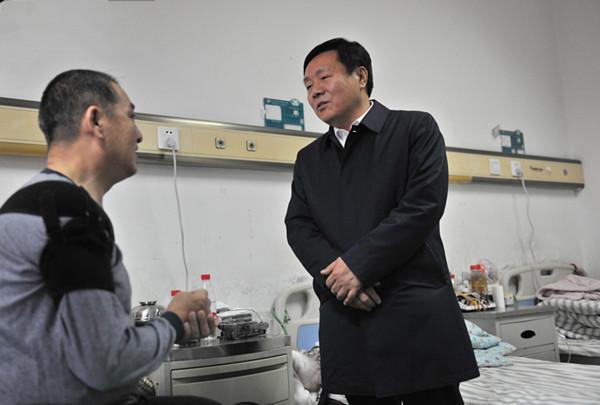 哈尔滨市领导慰问病倒在扫黑除恶工作一线的法官