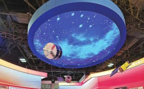 """在成就展""""走向复兴""""展区,风云二号、风云三号和风云四号气象卫星模型组成的""""天团""""格外抢眼。中国经济导报记者公欣/摄"""