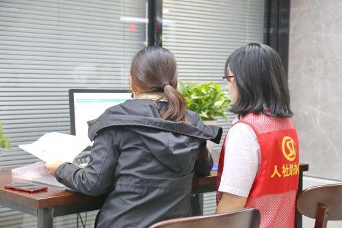 人社助办员协助办理提高效率。沈贞海 摄