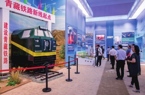 2006年7月,青藏铁路全线建成通车,结束了西藏不通火车的历史。图为大型成就展里的