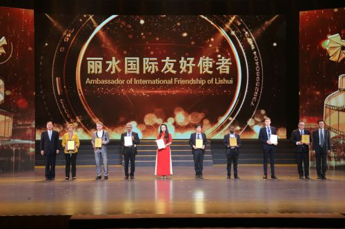 """""""丽水国际友好使者""""荣誉称号颁授。江红滨 摄"""