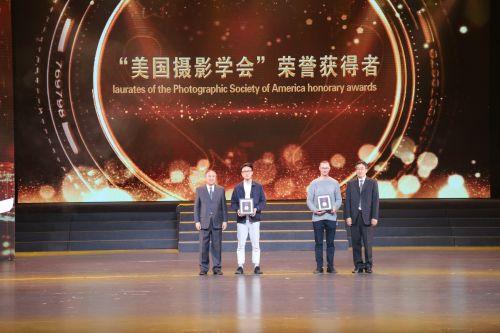 """""""美国摄影学会""""荣誉获得者颁奖。江红滨 摄"""
