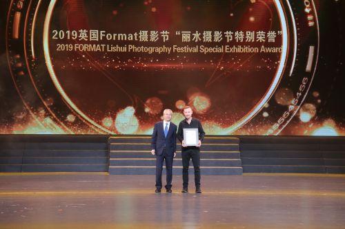 """2019英国Format摄影节""""丽水摄影节特别荣誉""""颁奖。江红滨 摄"""