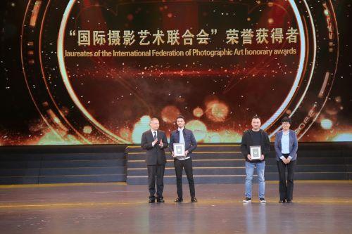 """""""国际摄影艺术联合会""""荣誉获得者颁授。江红滨 摄"""
