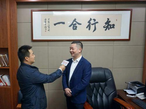 图为金华市社发集团党委书记、董事长吴蔚华接受中国经济导报记者专访。施战辽 摄