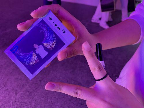 来自丽水中学的学生张慧婕在摄影节展场拍出了自己喜欢的照片,萌发了对摄影的喜爱。范张燕 摄