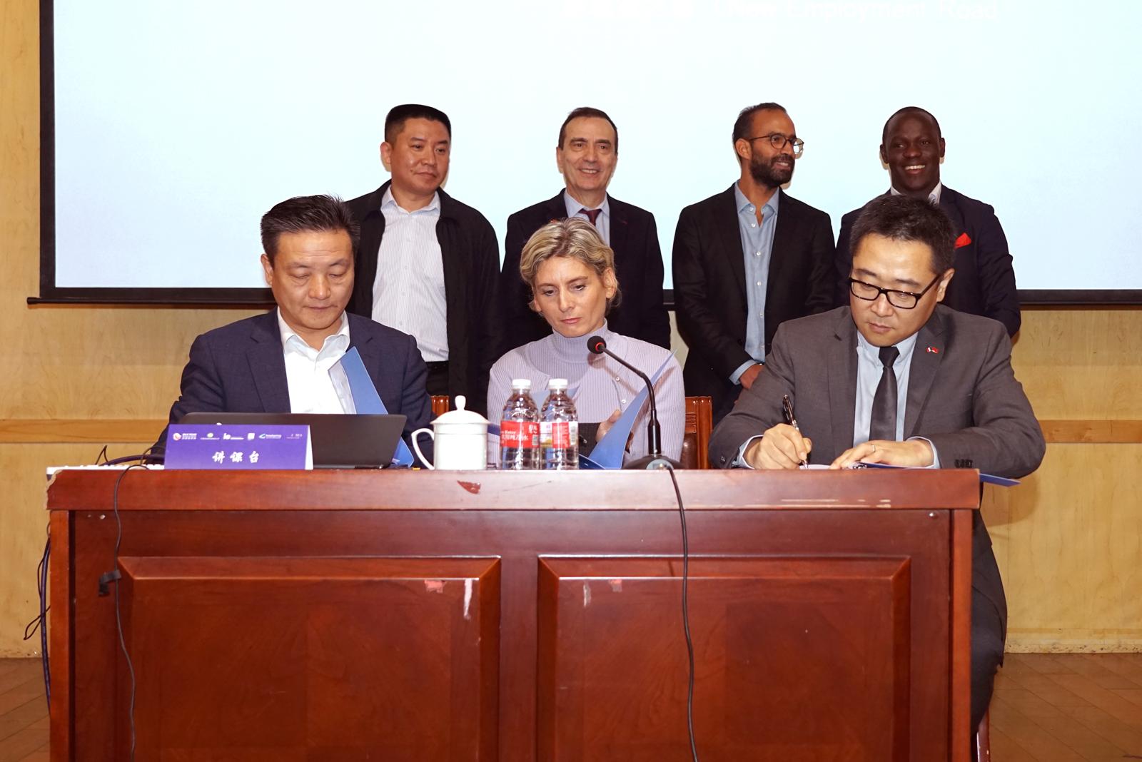 上海欧非通网络科技公司、丝路商学院与新就业之路签署了三方战略合作协议。
