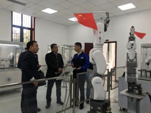 圖為與會嘉賓參觀山東省智研院和先進裝備制造系統展示。