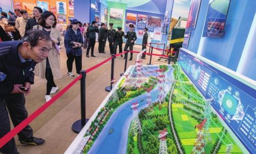 成就展上,世界上第一個特高壓直流輸電工程的模型展板吸引了不少人駐足。中國經濟導報記者苗露/攝