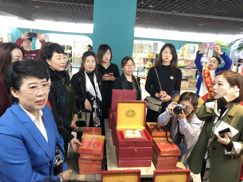在东南亚国家馆内展出的商品,引来众多消费者。