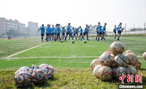 球员在北海海浪体育训练基地训练。近年来,北海已成为中国知名的青少年足球冬训基地,每年都吸引大量的球员在这里参加冬训。 翟李强 摄