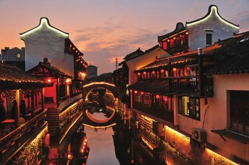 流光溢彩的新场古镇夜景。