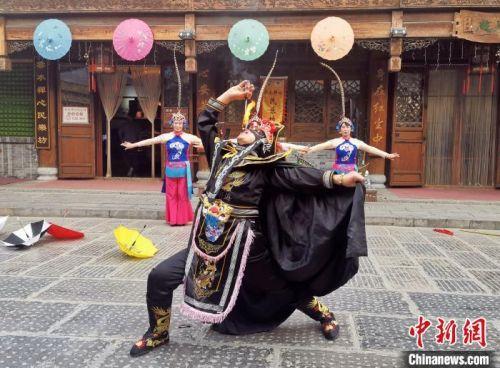 资料图,图为青州古城的非遗表演。 赵晓 摄