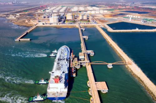 图为中国石化青岛LNG接收站。