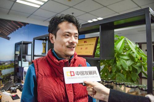 俞魏魏接受中国经济导报、中国发展网记者采访。沈贞海 摄