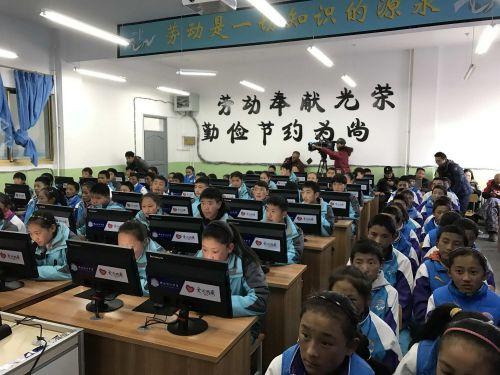 2014年,俞魏魏(牛排)和他的志愿者朋友们一起,为位于珠穆朗玛峰脚下、海拔4800余米的西藏日喀则地区定日县盆吉乡小学,援建了一间目前世界海拔最高的电脑教室。
