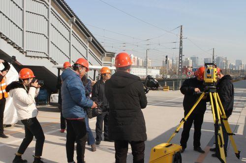 与会人员在施工现场了解放样机器人