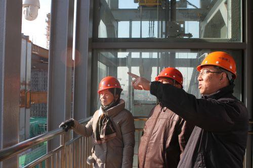 项目员工祝贺向父母介绍工程建设情况