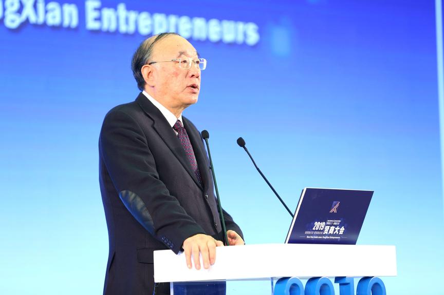 主题论坛上,中国国际经济交流中心副理事长黄奇帆发表主旨演讲《补短板,勇探索,围绕问题用好自贸试验区政