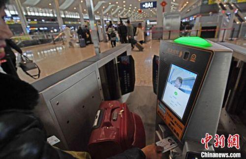 旅客直接凭身份证出入车站更加快捷方便。 杨艳敏 摄