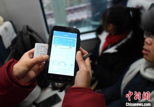 列车工作人员可直接通过旅客身份证进行电子车票的信息核验。 杨艳敏 摄