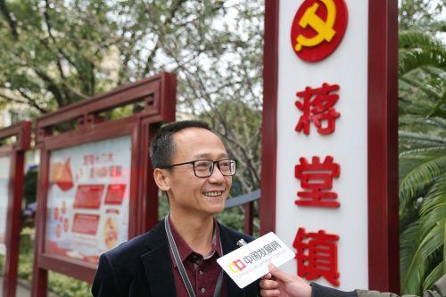 蒋堂镇党委书记张秋富接受中国经济导报记者采访时表示,对蒋堂的未来发展充满信心。记者沈贞海 摄