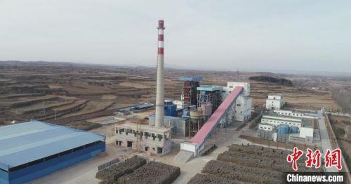 长子县还建成了禾能生物质发电厂,该县禾能电厂每年可消耗约20万吨秸秆,发电2亿度,节约煤炭约12万吨,减少二氧化碳排放近20万吨。 刘峰 摄