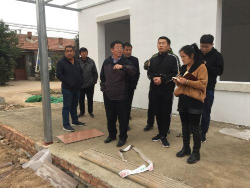 2、在前蔣村鄉村CBD建設過程中,劉祥元與幫扶隊員一道,幾乎每天到工地現場察看、監工,圖為他們在與村干部、設計人員在交流思路。攝影:隋海波