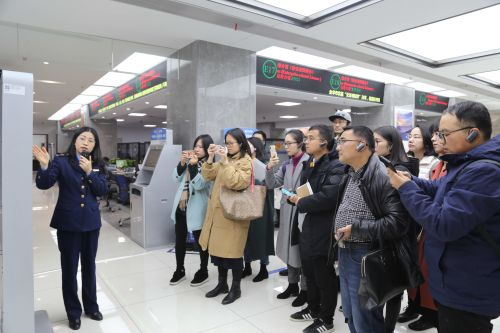 媒体记者在金华行政服务中心进行集中采访。记者沈贞海 摄