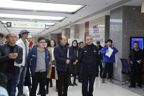 媒体记者在金华行政服务中心进行集中采访。 记者沈贞海 摄