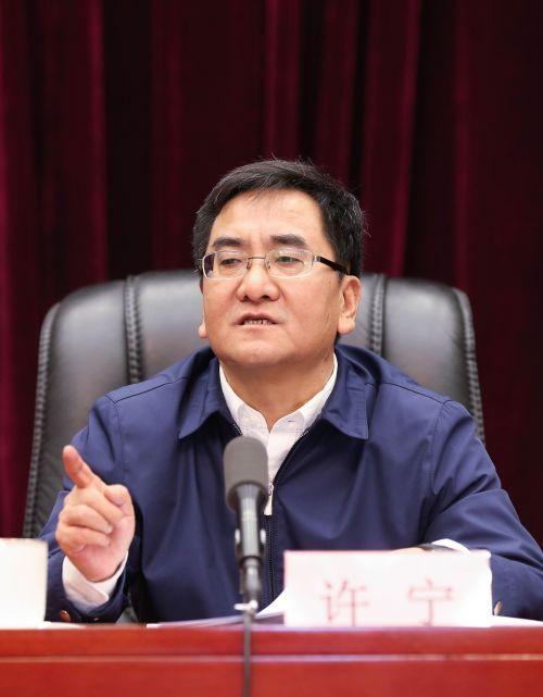 宁夏发展改革委主任许宁作题为《牢记初心使命,主动担当作为,奋力做好决战决胜建成全面小康社会之年的发展改革工作》的报告。    李威威  摄