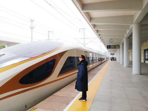 """图为超长版""""复兴号""""CR400BF-B型17辆编组的G7330次列车正驶入高铁缙云西站。庄卫东  摄"""