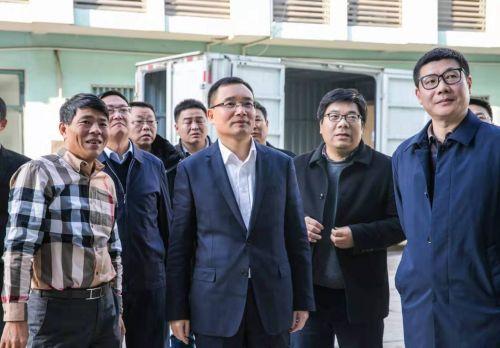 金东区委书记李雄伟在景迪医疗调研,景迪医疗董事长陆建国介绍企业情况。