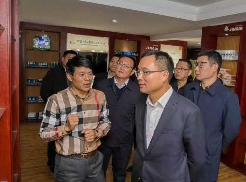 金东区委书记李雄伟在景迪医疗样品间了解产品研发情况。