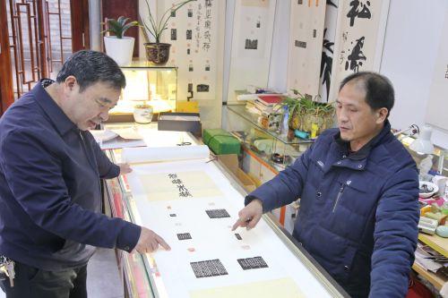 热心金华人,也是程进的老主顾老朋友严跃平,经常来到古子城与程进一起交流篆刻心得,并照顾程进的生意。记者沈贞海 摄