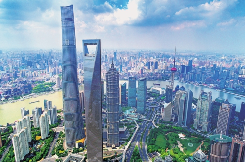 上海浦东新区陆家嘴金融中心。 郑 峰/摄