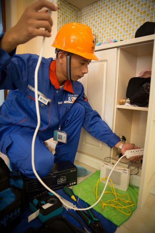 图为上海电信技术人员通过专业软件对家庭WiFi网络进行现状测评