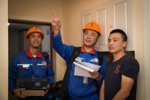 图为在组网施工之前,电信技术人员会与用户进行需求问询,了解用户在家中WiFi上网习惯、常用地点和使用需求等